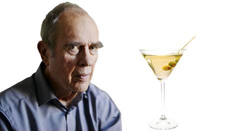 Jörn Donner ja esimerkkidrinkki. Yltiöpäisesti kaksi oliivia.