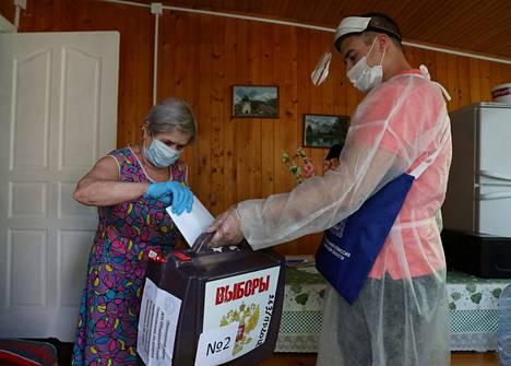 Vapaaehtoiset vaalilautakunnan jäsenet kiertävät ihmisten kodeissa keräämässä äänilipukkeita. Venäläisiltä kysytään äänestyksessä muiden muassa, mitä mieltä he ovat siitä, että presidentin virkakaudet nollataan.