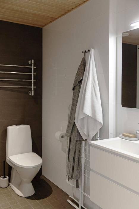 Kylpyhuone on moderni ja neliöt on käytetty tehokkaasti.