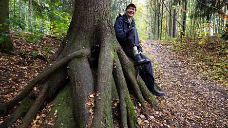 Juha Hurme kertoo löytäneensä työmatkansa varrelta Espoon hienoimman puun. Pohjois-Tapiolassa sijaitseva kuusi on levittänyt juurensa kiven päälle.