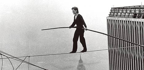 Philippe Petit matkalla WTC-tornista toiseen elokuussa 1974.