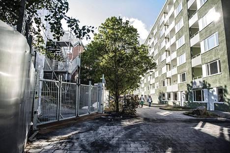 Naamioidut miehet ajoivat portin läpi uuden poliisiaseman työmaalle Tukholman Rinkebyssä. Miehet heittelivät vartijoita kivilla ja paukkupommeilla sekä sytyttivät ajamansa auton palamaan.
