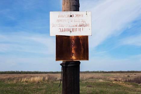 Säteilyvaarasta varoittava kyltti Musljumovon kylässä lähellä Majakin ydinjätelaitosta toukokuussa 2016.
