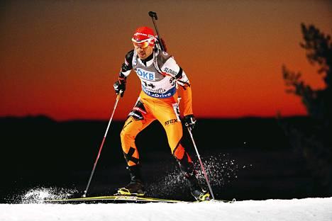 Miesten normaalimatkan kilpailu alkoi auringonlaskun aikaan. Kuvassa slovakialainen Matej Kazar.