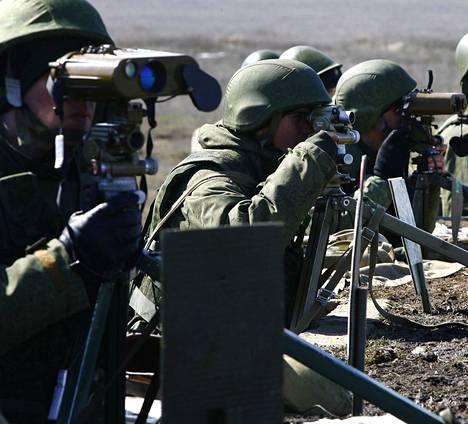 Venäläissotilaat harjoittelivat tulenjohtoa Volgogradin alueella huhtikuun alussa.
