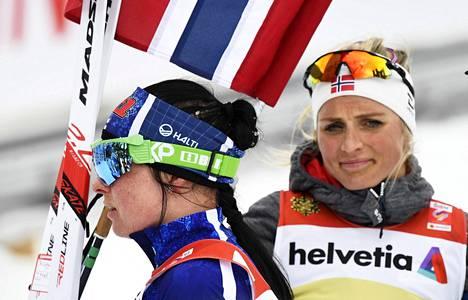 Ennen viimeisiä osakilpailuja Krista Pärmäkoski on maailmancupin kokonaiskilpailussa kolmantena ja Norjan Therese Johaug (takana) neljäntenä. Kuva on Seefeldin MM-kisoista.