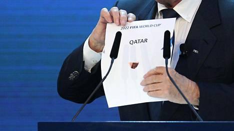 Fifan silloinen johtaja Joseph Blatter avasi vuonna 2010 kirjekuorta, josta paljastui, että Qatar järjestäisi vuoden 2022 miesten jalkapallon MM-kisat.