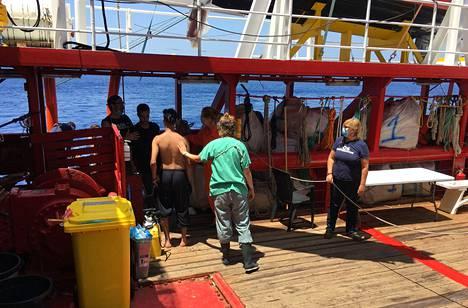 Vapaaehtoisia auttamassa siirtolaisia Välimerelle jumittuneella Ocean Viking- aluksella heinäkuussa.