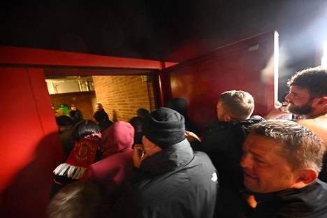 Osa faneista tunkeutui väkisin sisään stadionille.