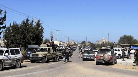Libyan nykyhallintoa tukevat asemiehet partioivat Tripolin esikaupunkialueella Janzurissa keskiviikkona.