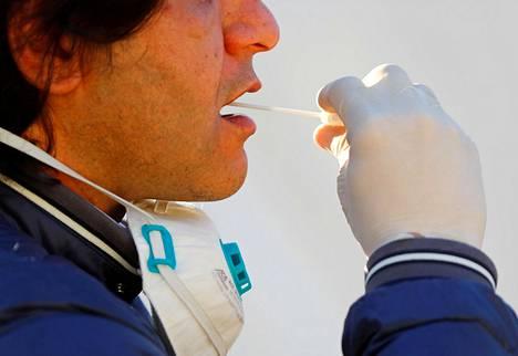 Potilaalta otetaan näyte koronavirustestiä varten Berliinissä.