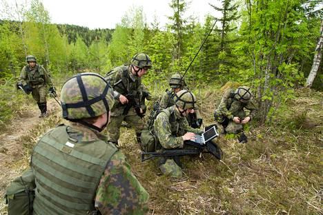 Reserviläiset kertasivat maanpuolustustaitojaan Nurmeksessa, Pohjois-Karjalassa vuonna 2015.