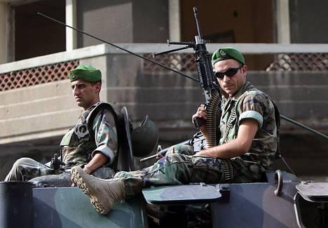 Libanonilaissotilaat partioivat Tripolin kaupungin kaduilla maanantaina.<BR/>