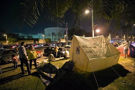 Egyptin presidentin Mohamed Mursin vastustajat leiriytyivät presidentinpalatsin eteen lauantaina Kairossa. Sunnnuntain mielenosoituksiin odotetaan jopa miljoonia.