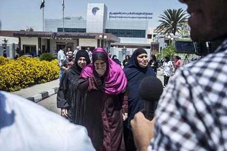 Kadonneessa koneessa  olleiden omaisia saapui  Kairon lentokentälle torstaina.