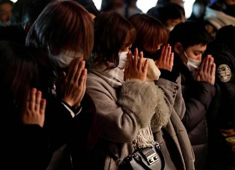 Ihmiset kokoontuivat rukoilemaan Kanda Myojinin pyhäkköön Tokiossa Japanissa.