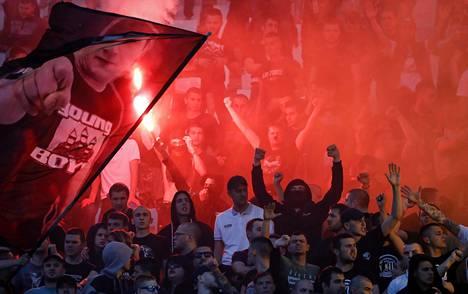 Serbialaisen Punainen tähti -joukkueen vastustajaleirissä sytyteltiin soihtuja Serbian pääkaupungissa Belgradissa huhtikuussa.