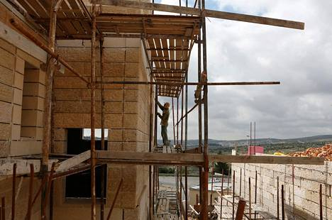 Rakennusmies rakensi taloa siirtokunta-alueella Länsirannan Har Gilossa maaliskuussa. Israelin asuntoministeri Uri Ariel on vakuuttanut, että siirtokuntarakentaminen jatkuu miehitetyllä palestiinalaisalueella.