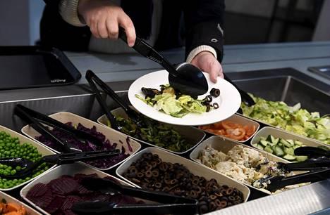 Salaattibuffet kuuluu yleensä lounaan hintaan suomalaisissa henkilöstöravintoloissa.
