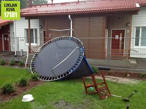 Ylästössä Vantaalla myrsky heitteli trampoliinia.