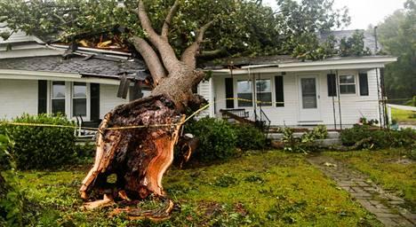 Myrskytuuli oli kaatanut puun talon päälle Pohjois-Carolinan Wilsonissa perjantaina.
