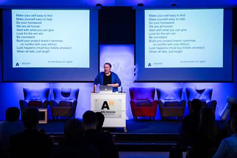 Eduskunnan käsittelyssä on lainmuutos, jonka mukaan yliopisto voi ulkoistaa liki puolet tutkintonsa opetuksesta vaikka ammattikorkeakoululle. Kuvassa professori Kalevi Ekman luennoi Aalto-yliopiston Design Factoryssa syyskuussa 2017.