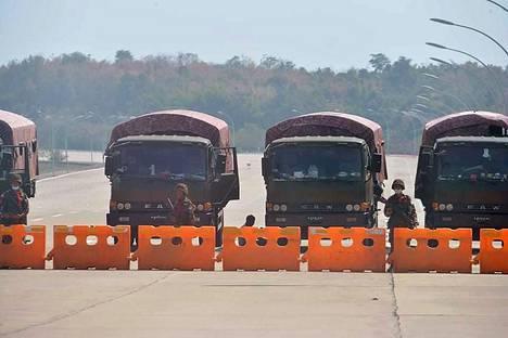 Sotilaat ovat katkaisseet tien Myanmarin parlamenttiin.
