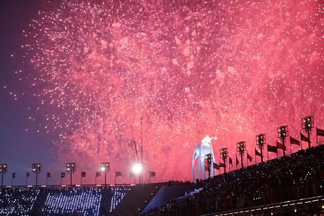 Olympiatulen sytyttyä nähtiin näyttävä ilotulitus.