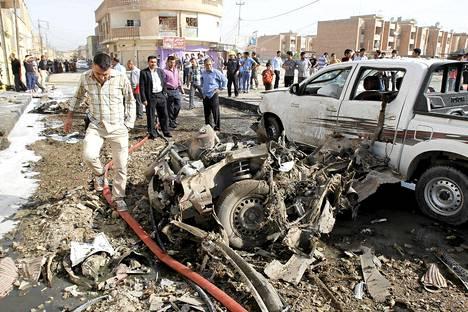 Autopommin jälkiä Kirkukin kaupungissa Irakissa.