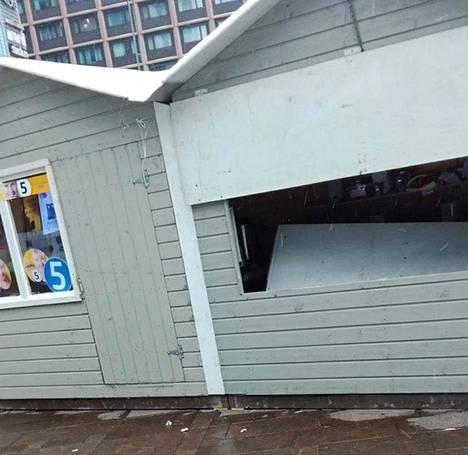 Torimökin ikkuna-aukkoa peittävä levy on Helsingin perussuomalaisten puheenjohtajan Markku Saarikankaan arvion mukaan potkittu sisään.