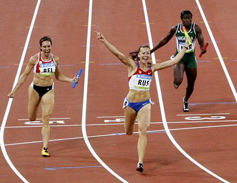 Julija Tšermošanskaja ( keskellä) juoksi Venäjälle Pekingissä vuonna 2008 kultaa tuoneen 4x100 metrin viestijoukkueen ankkurina.
