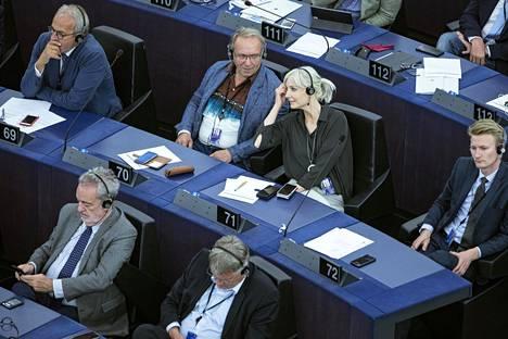 Perussuomalaisten euroedustajat Teuvo Hakkarainen ja Laura Huhtasaari Strasbourgissa europarlamentin istunnossa keskiviikkona.