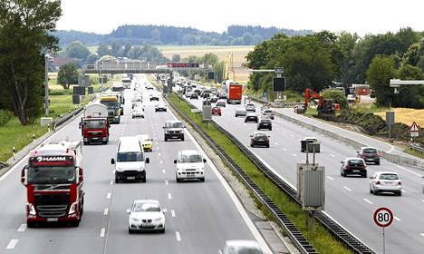 Liikennettä Saksan valtatie A9:lla Münchenin pohjoispuolella.
