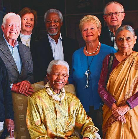 Vanhimpia ryhmäkuvassa. Vuonna 2010 otetussa valokuvassa ovat vasemmalta Jimmy Carter, Mary Robinson, Kofi Annan, Gro Harlem Brundtland, Martti Ahtisaari ja Ela Bhatt. Etualalla Nelson Mandela.