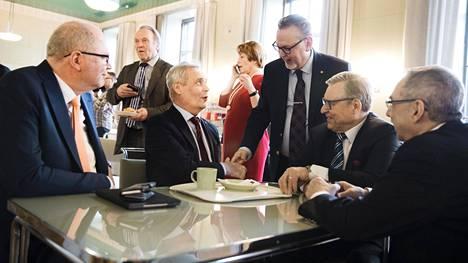 Eduskunnan kuppilassa kokoontuivat tiistaina kansanedustajat Eero Heinäluoma (sd), Antti Rinne (sd), Antero Laukkanen (kd), Pertti Salolainen (kok) ja Ben Zyskowicz (kok).