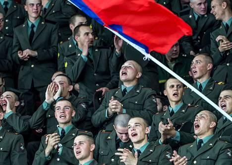 Venäjän armeijan sotilaat kannustivat TsSKA:ta voittoon seuran kotihallissa, Jääpalatsissa.
