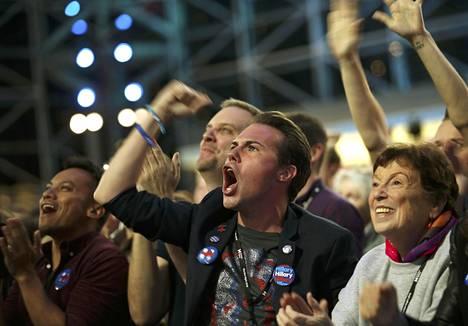 Laskennan alussa Clintonin kannattajilla riitti vielä uskoa.