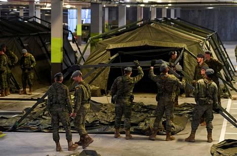Espanjalaissotilaat rakensivat Oviedon yliopistollisen sairaalan parkkihalliin telttoja koronaviruspotilaiden varalta 19. maaliskuuta.