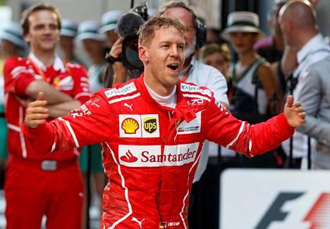Ferrari-kuljettaja Saksan Sebastian Vettel tuuletti Australian F1 -voittoaan Melbournessa.