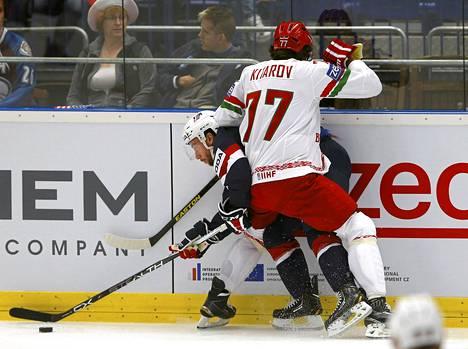 Alexander Kitarov ja Dan Sexton tiukassa väännössä.