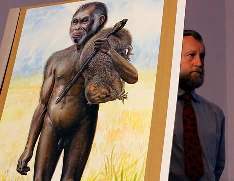 Australian museon intendentti Paul Tacon esitteli täysikokoista piirrosta homo floresiensis -ihmisestä lokakuussa 2004.
