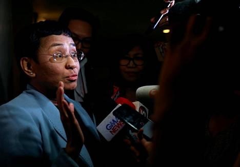 Verkkolehti Rapplerin johtaja Maria Ressa puhui medialle saatuaan pidätysmääräyksen Suur-Manilaan kuuluvassa Pasig Cityssä Filippiineillä keskiviikkona.