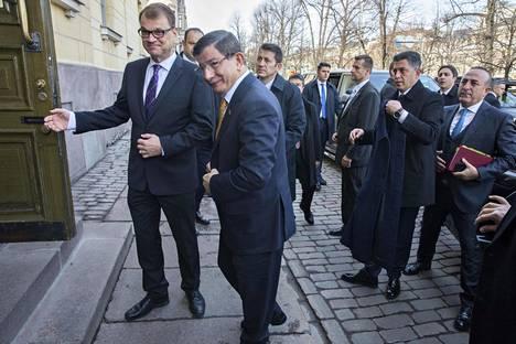 Pääministeri Juha Sipilä (vas.) tapasi Turkin pääministeri Ahmet Davutğlun Etelä-Esplandilla.