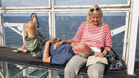 Hans ja Jeanette Löfgren nauttivat auringosta laivan kannella.