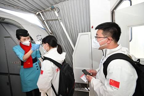 Lääkärit nousevat lentokoneeseen Tianhen kansainvälisellä lentokentällä Wuhanissa, Kiinassa 17. maaliskuuta.