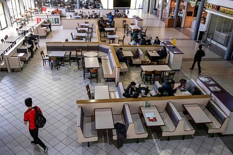 Tijuanassa sijaitsevan yliopiston ruokalassa näkyi naisten lakkopäivänä maanantaina vain miesopiskelijoita.