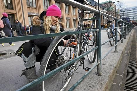 """Krista Kitti kiinnitti pyörän kahdella lukolla Helsingissä. """"Poikaystävältä ja kaverilta on viety pyöriä. En osta käytettyjä lainkaan. Ei voi tietää, onko ne varastettu."""""""