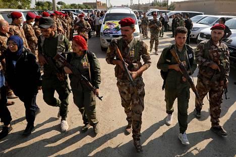 SDF-joukkojen sotilaita osallistui tiistaina Turkin hyökkäyksessä kuolleiden kurditaistelijoiden hautajaisiin Ras al-Ainissa, Syyriassa.