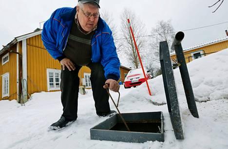 """Kaj Creutzigerin satavuotiaan hirsitalon jätevedet menevät pihalla sijaitsevaan umpisäiliöön. """"En ota tätä asiaa riitana enkä halua olla hanttiin panija. Mutta sitä selitystä, en kyllä ymmärrä, ettei osuuskunta toimi, jos yksikin jää joukosta pois"""""""