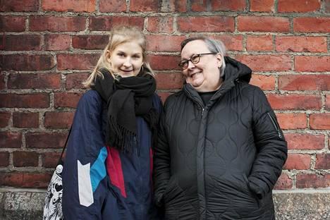Kallion lukion abiturientti Emmi Kähkönen (vas.) ja kirjallisen ilmaisun lehtori Eva Havo keksivät lukuisia syitä, joiden vuoksi kirjallisuus on tärkeää.